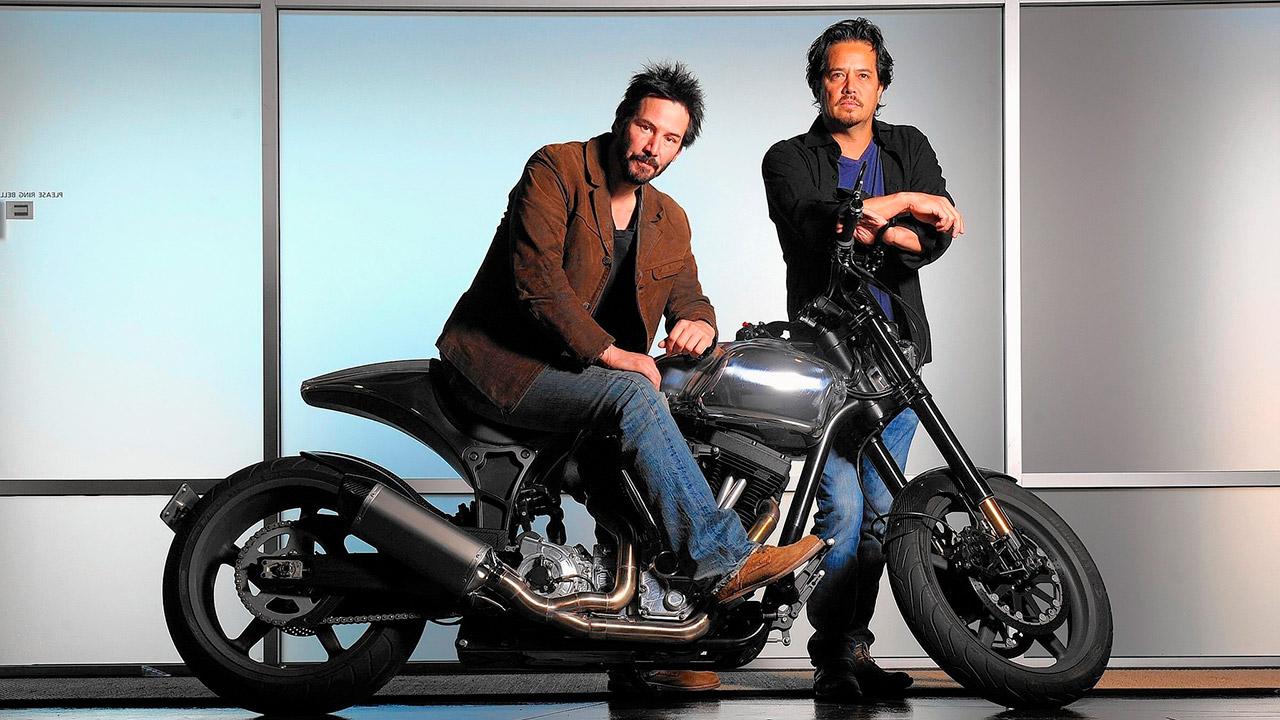 Киану Ривз показал свою коллекцию мотоциклов журналу GQ (Русская озвучка)